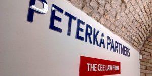Výroba loga z plexi a fólie pre Peterka & Partners Bratislava - TwoAgency