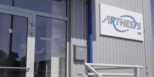 Kompozitný box a 3D logo z PVC - Arthesys
